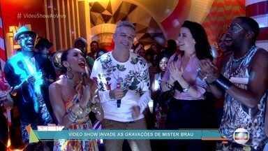 Elenco de 'Mister Brau' canta parabéns para Otaviano Costa - Apresentador começa o programa direto dos bastidores de gravação da série
