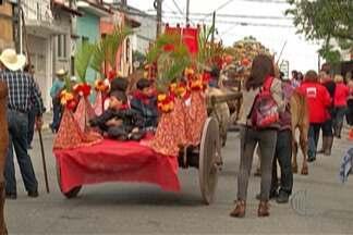 Entrada dos Palmitos reúne fiéis no centro de Mogi das Cruzes - Pelo menos 45 mil pessoas lotaram as calçadas para ver a apresentação dos grupos folclóricos, das escolas e carros de boi.