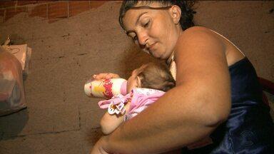 Mães de bebês com microcefalia enfrentam horas de viagem para garantir atendimento médico - Muitas delas saem de casa de madrugada para viajar horas e horas para chegar em Campina Grande e conseguir atendimento médico para os bebês.