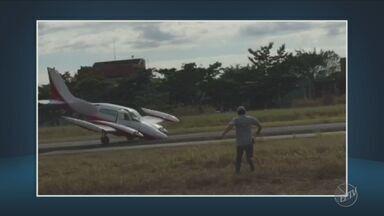 Avião faz pouso forçado no Aeroporto dos Amarais, em Campinas - O piloto e o passageiro não ficaram feridos.