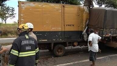 Acidente entre caminhões deixa trânsito lento no Setor Goiânia 2, na capital - Batida aconteceu na Avenida Perimetral Norte.