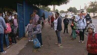 Pais reclamam de demora na entrega de uniformes para crianças de Pirassununga - Alunos estão sem kits há quase um ano. Prefeitura informou que a estimativa de entrega é para julho.
