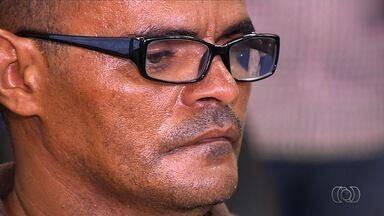 Polícia Civil apresenta o suspeito de matar corretora de imóveis em Goiás - Núbia Francisco de Souza foi enforcada pelo suspeito, diz Polícia Civil. Delegado diz que homem a matou e roubou R$ 850 que estavam com ela.