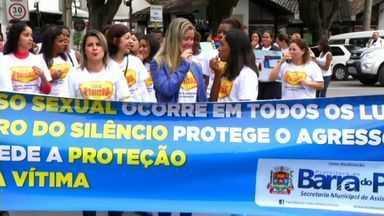 Apitaço em Barra do Piraí, RJ, chama atenção para violência sexual contra crianças e adole - Proposta da ação, realizada nesta sexta-feira (20), foi quebrar o silêncio em relação ao abuso de menores.