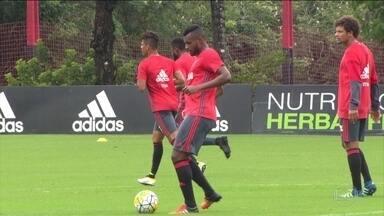 Ainda sem Muricy, Flamengo quer vencer Grêmio para esquecer eliminação na Copa do Brasil - Guerrero se apresenta à seleção peruana para Copa América. Novatos são titulares em Porto Alegre,