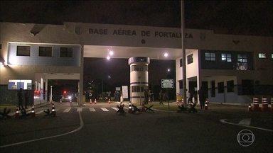 Quadrilha invade base aérea de Fortaleza e rouba armas - De acordo com a polícia, seis homens em dois carros teriam invadido a base. Eles renderam um sentinela e acabaram levando quatro fuzis e uma pistola. Um suspeito foi preso.