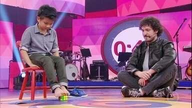 Menino de oito anos monta cubo mágico com os pés - Confira a impressionante performance