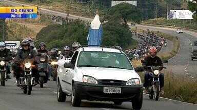 Milhares de motociclistas participam da pré-romaria de Caravaggio, na Serra - Os motociclistas saíram de Caxias do Sul em direção ao Santuário de Nossa Senhora do Caravaggio, em Farroupilha, RS.