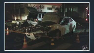 Acidente destrói mureta de delegacia em Capivari - Dois carros colidiram na cidade.