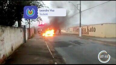 Carro pega fogo no Parque São Luiz em Taubaté - Veículo teve problemas elétricos. Ninguém se feriu