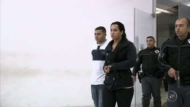 """Casal é preso com 'chupa-cabra' em agência bancária de Jundiaí - Um casal foi preso suspeito de estelionato neste sábado (21) na rua Rangel Pestana, na região central de Jundiaí (SP). Segundo a Polícia Militar, eles estavam dentro de uma agência bancária com uma máquina que travava o cartão dos clientes, chamada de """"chupa-cabra""""."""