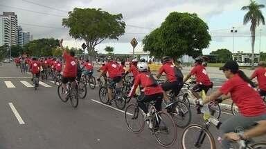 Passeio ciclístico conscientiza sobre segurança no trânsito, em Manaus - Ação faz parte do Movimento Maio Amarelo. Grupo vai percorrer vias da Zona Oeste da capital.