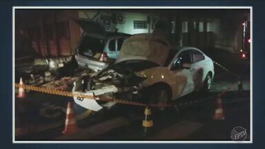 Acidente entre carros destrói mureta de delegacia em Capivari - Um dos veículos não teria respeitado a sinalização.