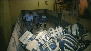 Polícia apreende toneladas de maconha em rodovia de Piraju - A Polícia Rodoviária apreendeu 9,4 toneladas de maconha em um caminhão, na noite deste domingo (22) em Piraju (SP). A droga estava escondida entre a carga de soja que o veículo transportava, na altura do quilômetro 300 da Rodovia Raposo Tavares (SP-270).