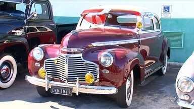 Grupo de Boituva é apaixonado por carros antigos dos anos 40 e 50 - Difícil encontrar quem não aprecie a beleza e o charme de um carro antigo. Em Boituva (SP) no fim de semana, um evento reuniu colecionadores de veículos antigos, entre eles carros dos anos 40 e 50.