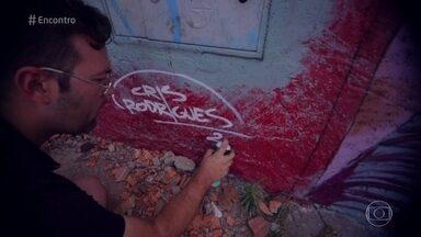 Telão do 'Encontro' apresenta o trabalho de Cris Rodrigues - Artista grafita há 20 anos e retrata situações do universos urbano