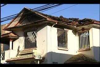 Corpo de Bombeiros de Uberaba combate incêndio em imóvel - Incêndio foi registrado na madrugada desta quinta-feira (26). De acordo com os bombeiros, não houve registro de feridos.