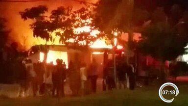 Depósito pegou fogo no Dom Pedro em São José - Chamas foram na noite desta quinta-feira (26).