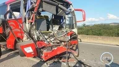 Acidente grava complicou o trânsito em Pinda - Motorista do ônibus morreu no acidente.