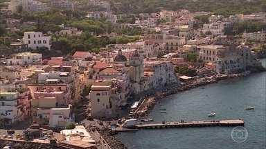 Turistas lotam ilha na Itália conhecida como paraíso das águas termais - Ischia possui terra de origem vulcânica e águas curativas. Em busca da sensação de juventude, muita gente visita as termas da 'ilha da saúde'.