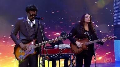 Ana Carolina e Seu Jorge cantam 'É Isso Ai' - A plateia canta o sucesso no palco do 'Caldeirão'