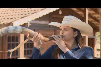 Virgínia Branquinho toca berrante desde os 5 anos de idade na Divinaexpô em Divinópolis - Virgínia conhece e domina todos os toques de comitiva. Berranteira criou o próprio floreio, que é o 'toque do beijinho'.