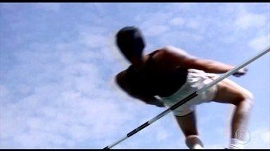Chamado de preguiçoso, Dick Fosburry transformou a história do salto em altura - Americano foi campeão e recordista olímpico ao transformar a modalidade. Dick foi o primeiro a saltar de costas, em 1968. Em 1972, já era possível ver seu feito: 28 dos 40 atletas da competição saltaram como ele.