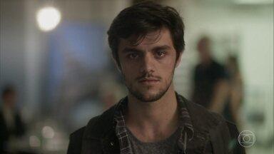 Jonatas surpreende Eliza no aeroporto - Carolina confessa a Pietro que não sente mais rancor de Arthur