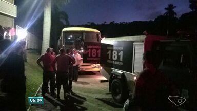 Passageiro morre baleado durante assalto a ônibus no Sul do ES - Vítima teria reagido e acabou baleada por um dos assaltantes.