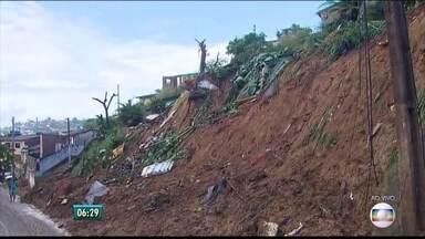 Após deslizamento de barreira, quatro casas são interditadas em Olinda - Moradores dizem que risco continua e que nenhuma medida de proteção foi tomada.