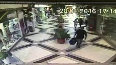 Foi preso um homem apontado pela polícia como assaltante de lojas e bancos - Ele é suspeito de integrar uma quadrilha que roubou uma joalheria em um shopping na Barra