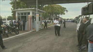Motoristas e cobradores de ônibus entram em greve em Limeira - Eles pedem reajuste nos salários.
