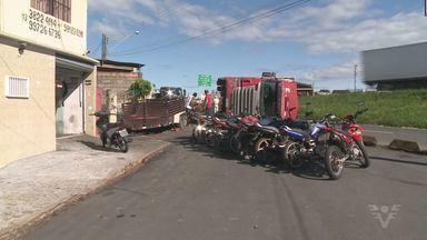 Caminhão que transportava cacau tombou no Vale do Ribeira - Acidente foi por volta das 6h desta terça-feira (31).