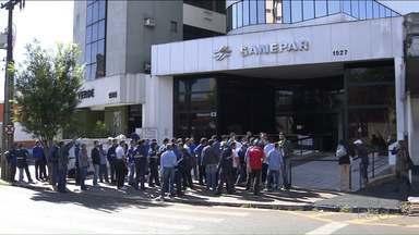 Funcionários da Sanepar fazem protesto por reajuste salarial - Eles paralisaram as atividades desde terça-feira.