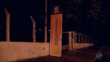 Centro esportivo em Sorocaba suspende atividades por causa de furto na fiação elétrica - O centro esportivo Doutor Pitico, na Vila Angélica, em Sorocaba (SP), ficou às escuras nesta quarta-feira (1°). A unidade não abriu durante a noite. Na porta, um recado dizia que a fiação elétrica foi furtada.