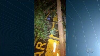 Motorista morre e 10 alunos ficam feridos após ônibus escolar tombar, em Goiás - Acidente aconteceu na GO-334, entre Rubiataba e Mozarlândia. Segundo a PRF, suspeita é de que o pneu do veículo tenha estourado.