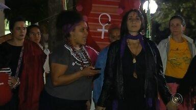Protestos em Botucatu e Bauru apoiam vítimas de abusos sexuais - Manifestantes em Botucatu e Bauru (SP) se uniram nesta quarta-feira (1) para apoiar as vítimas de abusos sexuais. Aproximadamente 200 pessoas protestaram na Praça Rubião Junior, no centro de Botucatu, segundo a organização. Em Bauru, cerca de 200 pessoas se reuniram na Universidade Estadual Paulista (Unesp).