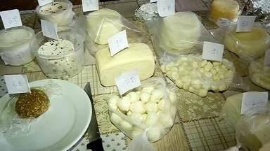 Produtores investem em queijos para aumentar renda - Luiz Roberto conta para o Nosso Campo que trocou a cidade pela vida no sítio há 15 anos. Ele é produtor de leite em General Salgado (SP) e faz parte dos 10 mil criadores de vacas leiteiras do Noroeste de São Paulo, a região que mais produz no Estado.