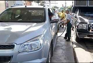 População aproveita 'Dia da Liberdade de Impostos' em Montes Claros - Em um posto de combustíveis na cidade, a gasolina saiu pela metade do preço.