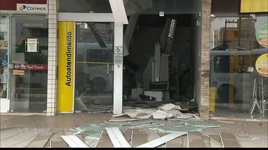 JPB2JP: Moradores registram momento em que bandidos atacam caixa eletrônico na PB - Caso foi no bairro do Bessa e veículo utilizado no crime foi encontrado em Cabedelo.
