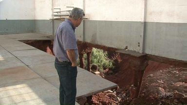Erosão derruba barracão no distrito industrial de Paranavaí - Depois de muitas tentativas frustradas, o empresário Sérgio Zanoni não conseguiu evitar que uma enorme erosão destruísse o barracão da empresa dele.