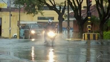 Chuva causa estragos em várias cidades do Centro-Oeste Paulista - A forte chuva e vento que atingiu a região Centro-Oeste Paulista na noite de quarta-feira (1) causou vários estragos e transtornos. A tempestade causou inundações e deixou árvores e postes caídos em Bauru. De acordo com informações do Bombeiros, aproximadamente 15 árvores.
