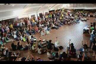 Alunos da UFU manifestam na reitoria e pedem melhorias dos campi - Assembleia foi feita entre alunos de Ituiutaba, Monte Carmelo e Uberlândia. Dirco informou que pautas dos alunos estão sendo analisadas.