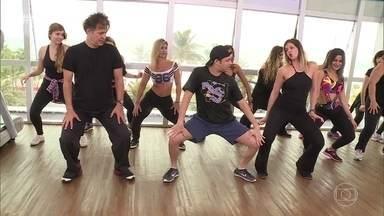 Mariana Santos e Nelson Freitas acompanham uma aula de twerk - Dança que se concentra nos quadris surgiu nos Estados Unidos e está conquistando as academias de dança do Brasil