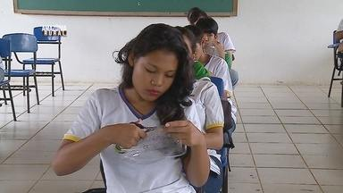 Escola agrícola do AM se destaca como exemplo de sustentabilidade - Materiais como garrafas PET são transformadas em vassouras.