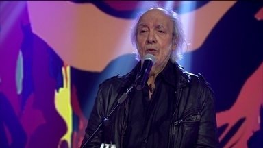 Erasmo Carlos canta Mulher para comemorar aniversário no palco do Fantástico - Cantor completa 75 anos de vida.