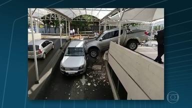 Imagens de acidente no Recreio, no Rio, ganham repercussão na web - O motorista de uma pick-up invadiu o muro de um supermercado ao engatar a marcha errada. O veículo atravessou a parede a acabou batendo em outro carro. Ninguém ficou ferido.