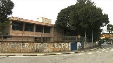 """Bandidos invadem escola da Zona Norte e roubam equipamentos eletrônicos - A Escola Municipal Imperatriz Leopoldina, que fica em Pirituba, na Zona Norte, foi invadida por bandidos nessa madrugada. Os criminosos levaram computadores, televisores, máquinas fotográficas, enfim, fizeram uma """"limpa"""" na escola."""