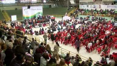 Cenáculo Diocesano reúne mais de 8 mil católicos - Encontro foi no ginásio Costa Cavalcanti.
