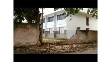 Muro de escola estadual ocupada em Cabo Frio, RJ, desaba - Chuva pode ter causado o desabamento.